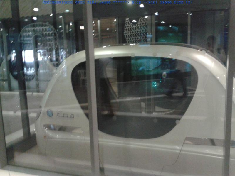 On se déplace en sous-sol, grâce à cette petite voiture électrique (Personal vehicule transit), commandé automatiquement. Mais pour l'instant, on ne peut accéder à Masdar qu'en voiture. A terme, il est prévu de construire un métro, comme à Dubai où il paraît que cela fonctionne très bien.