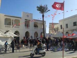 Des associations de jeunes fêtent le cinquième anniversaire du 14 janvier 2011, à Mahdia devant le musée de la ville. L'ambiance était très bon enfant. CC by Eric Verdeil.